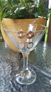 Boucles-d-oreilles-fleur-doré-coquillage-plat-kara-bijoux